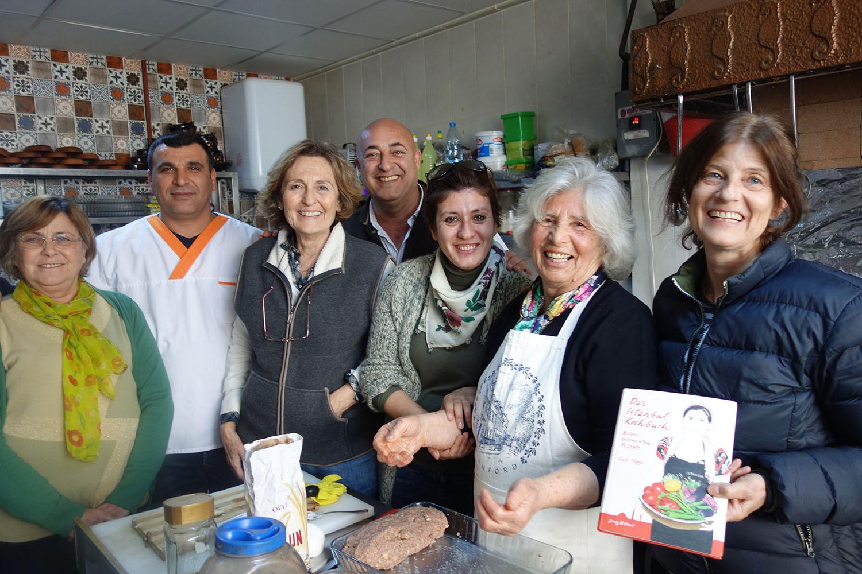 Kochen in Foça (Türkische Ägäis) mit Vedia Türün in Zusammenarbeit mit Foça Slowfood.Gabi Kopp ist ganz rechts zu sehen.