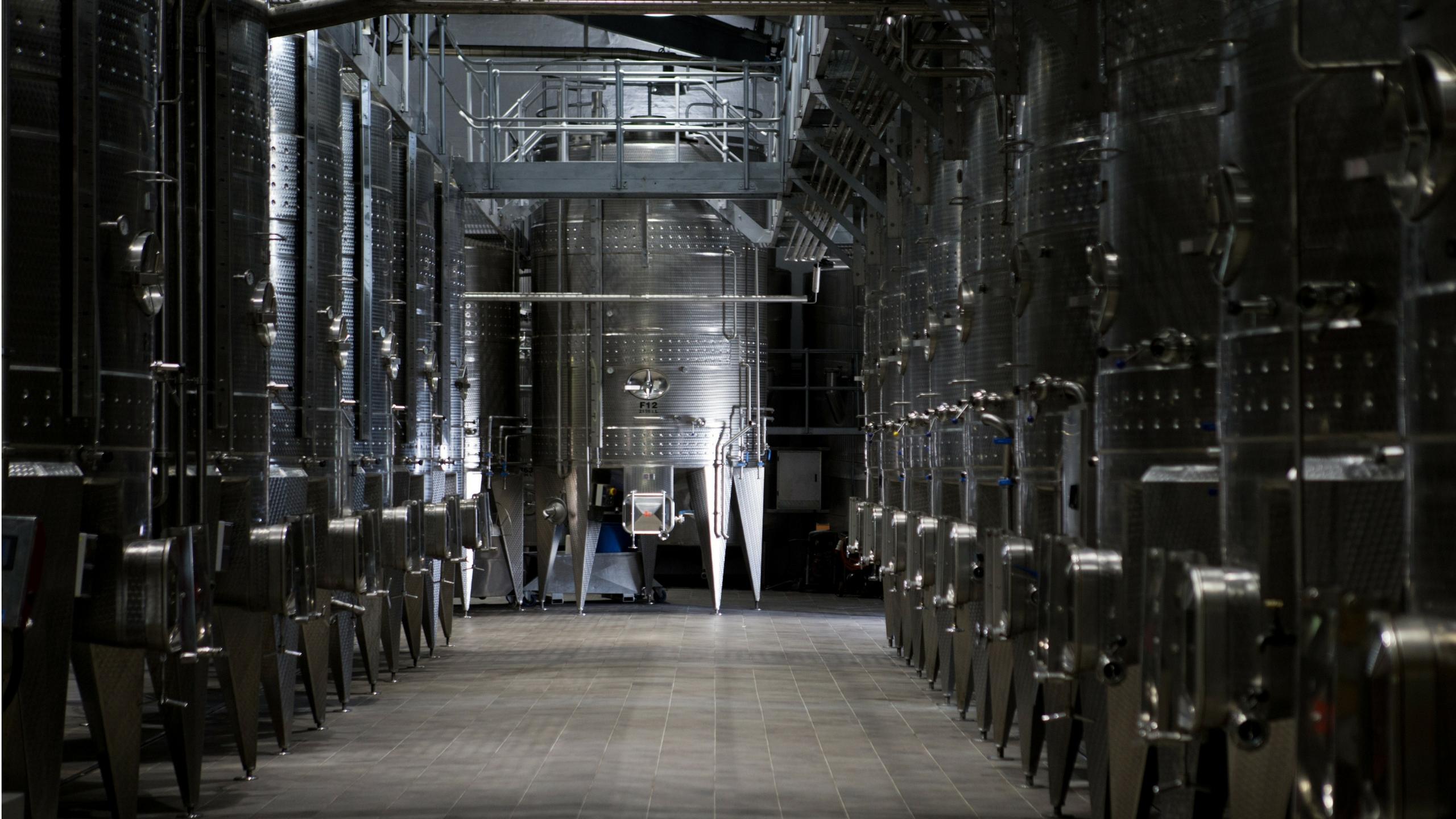 Industrielle Tankanlage in der Weinproduktion.