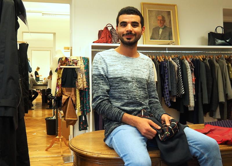 Feras Doubara lernt in Luzern Schneidern. Das Sticken beherrschte er bereits in Damaskus.