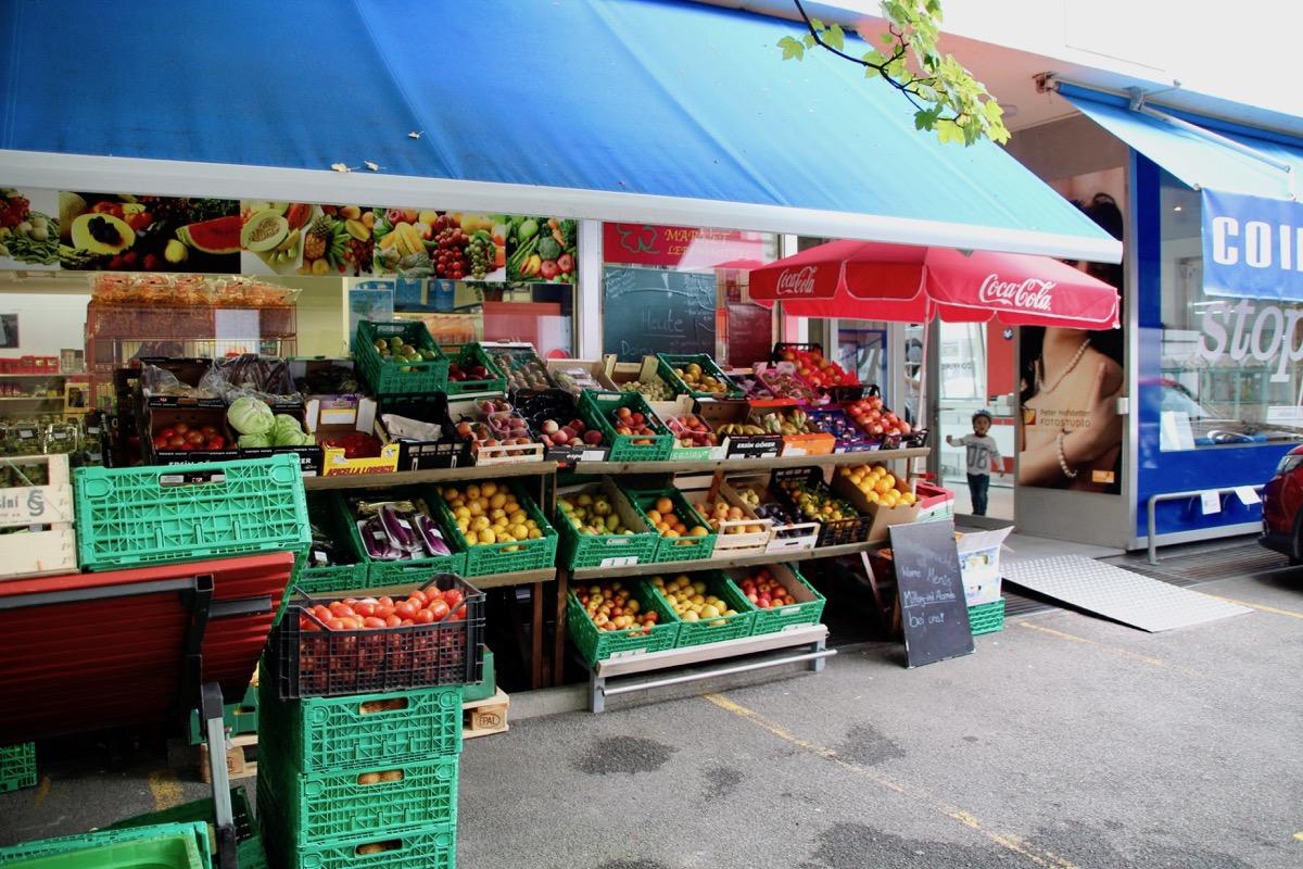 Angeschrieben ist der Laden nicht. Doch das Gemüse verrät uns, dass hier Lebensmittel verkauft werden.