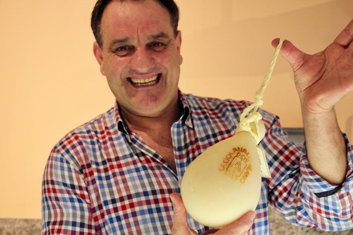 Carmine Colicchio präsentiert seine Käsespezialitäten.