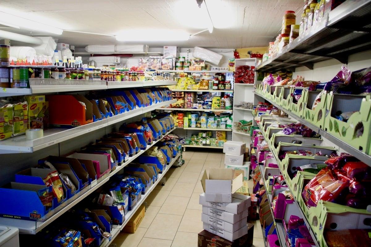 Der kleine sri-lankische Laden an der Zugerstrasse wirkt durch die vollen Gestelle noch viel kleiner.