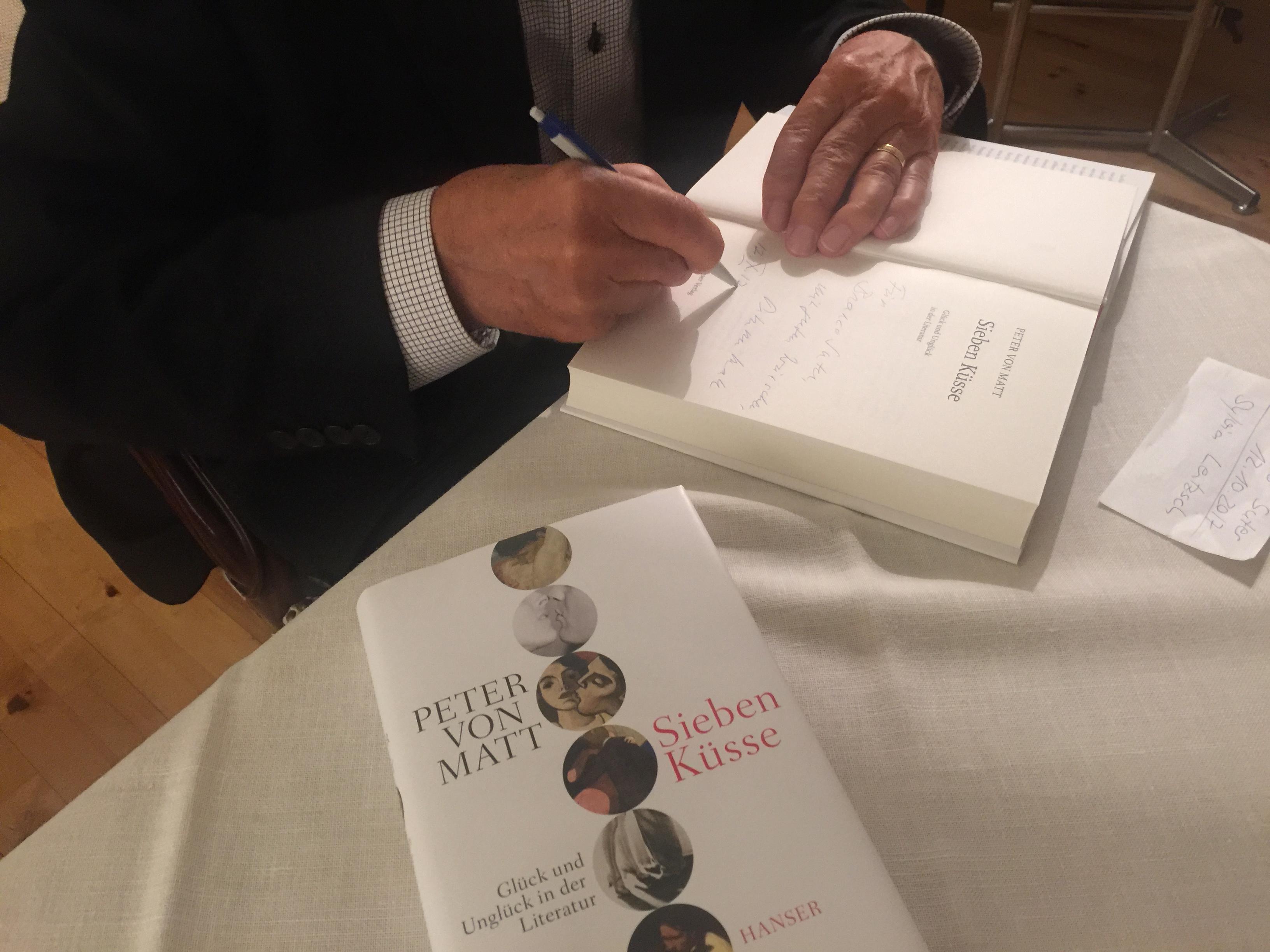 Kann die Kunst des Lesens und Signierens: Peter von Matt, einstiger Dozent an der Uni Zürich.