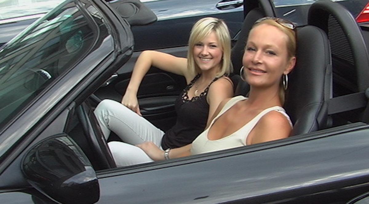 Zwei Sängerinnen in einem Porsche: Irène Nager mit Helene Fischer.
