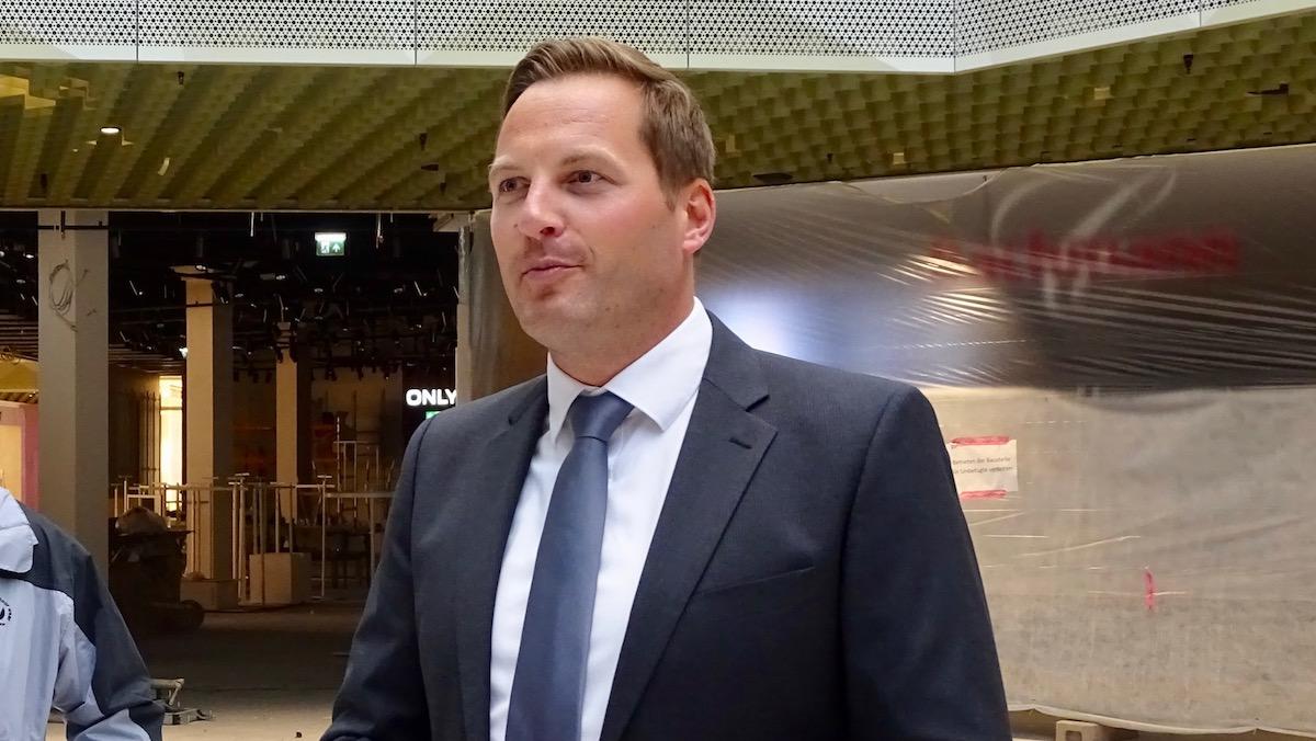 Mall-Direktor Jan Wengeler gibt den Testern eine kurze Einführung.