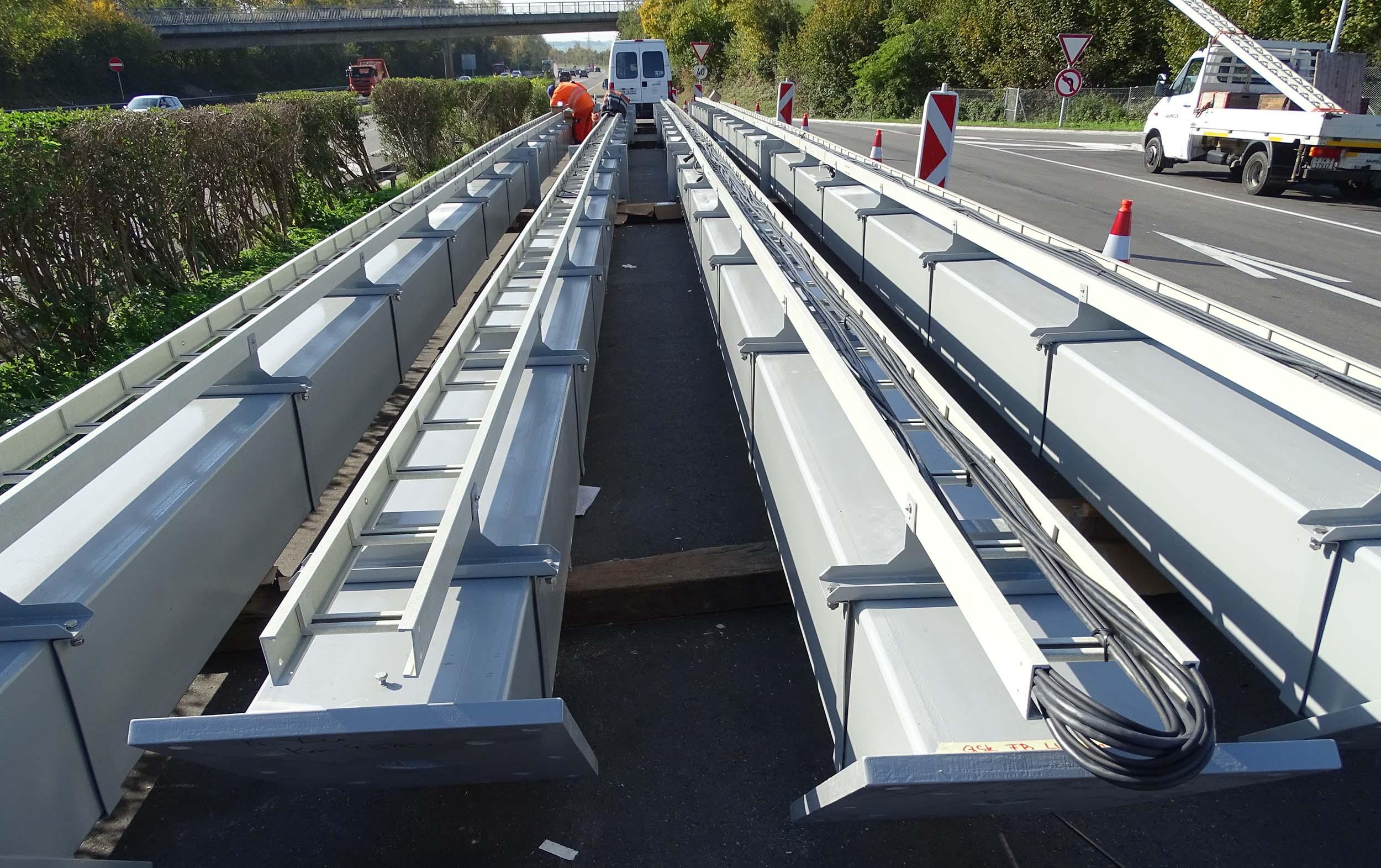 Bei der Autobahntankstelle werden die Träger zusammengebaut.