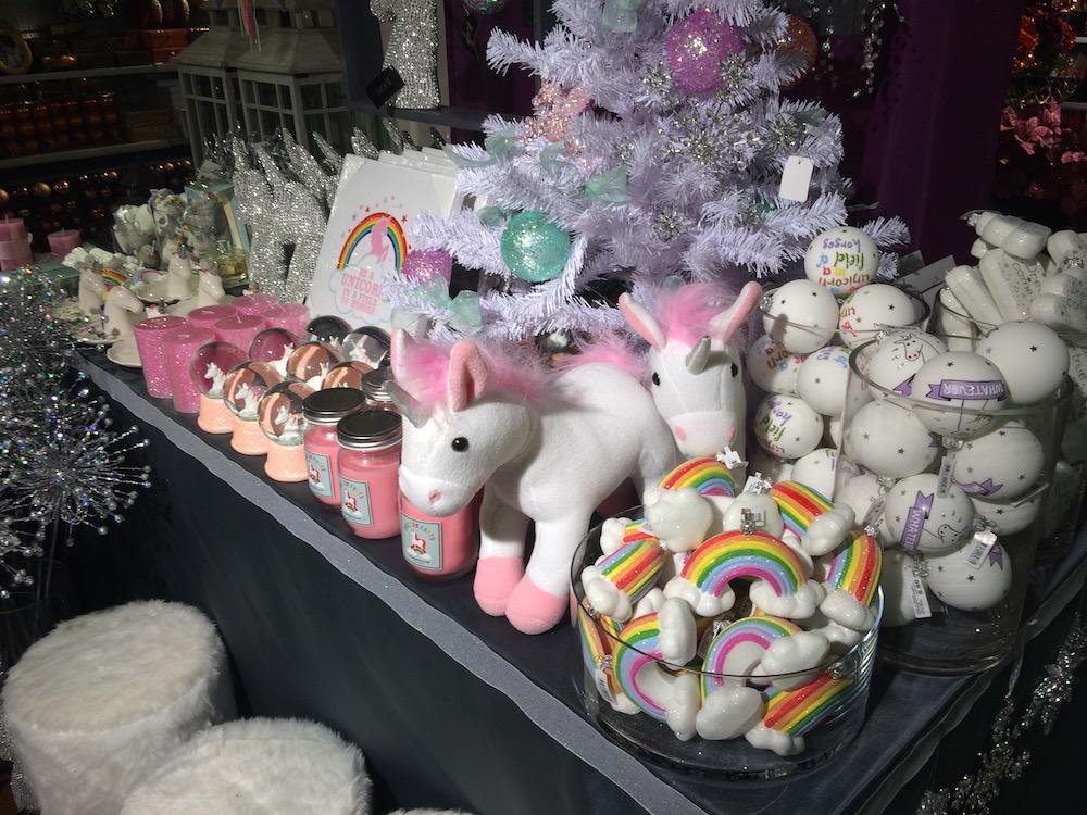 Weihnachtsschmuck in seiner wohl pinksten, flauschigsten und glitzernsten Form.