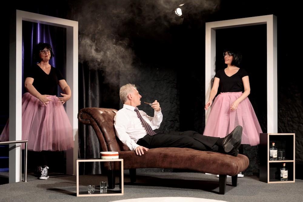 Hannes Kürmann (Markus Roos) umrahmt von den Ballettschülerinnen (v.l. Gabriela Widmer-Annen, Katja Stocklin-Kappeler) aus der Nachbarschaft.