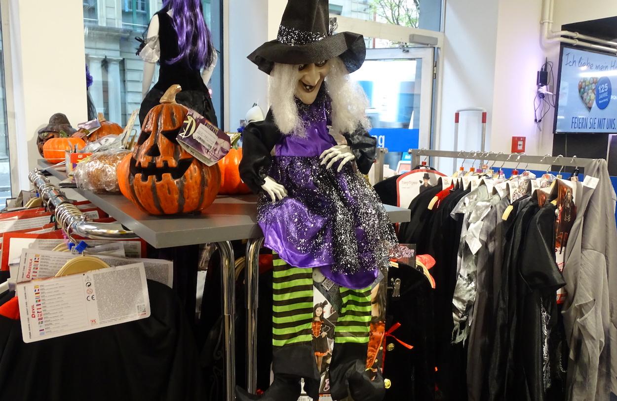 Kostüme, Masken und Perücken: Wer bereits die Fasnacht sucht, wird bei Vonarburg fündig.