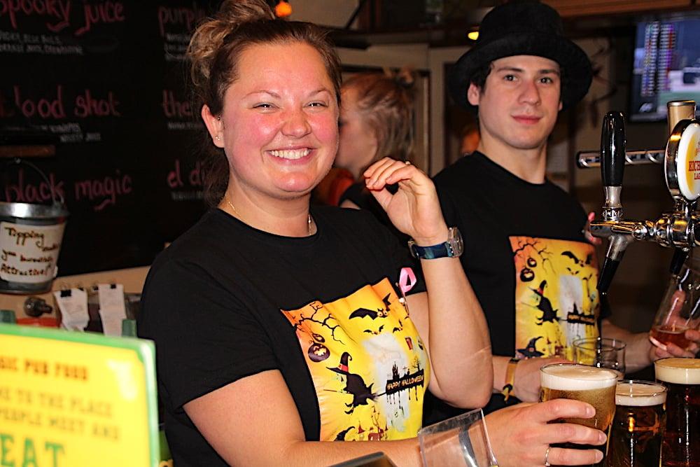 Bierzapfen macht Laune: Jessica und Sascha in Halloween-Montur.
