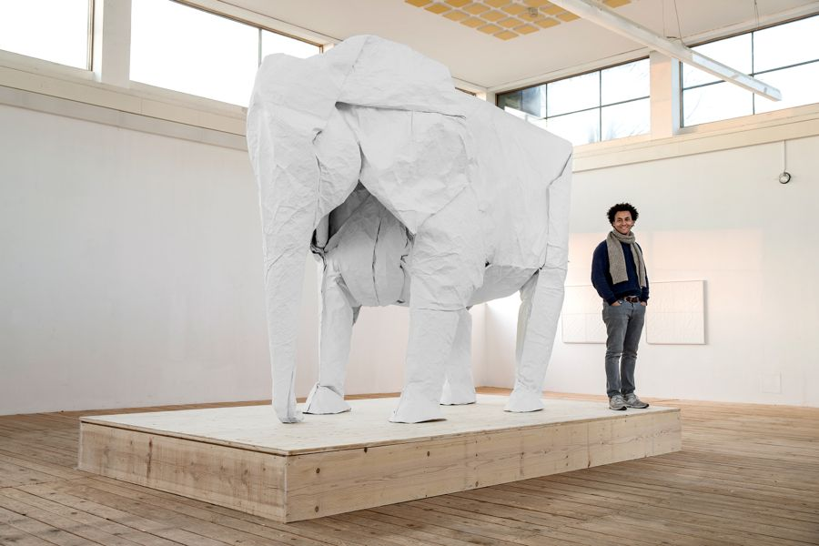 Der Künstler Sipho Mabona neben seinem Werk.