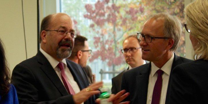 Gut gelaunt: Joachim Eder (l.) wurde als Ständerat wieder gewählt und hat mit Peter Hegglin (r.) einen neuen Kollegen bekommen.