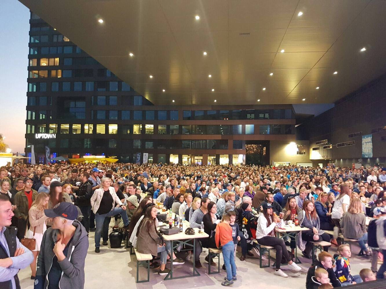 Public Viewing auf dem Arenaplatz: Auch hier können EVZ-Fans künftig von Videokameras beobachtet werden.