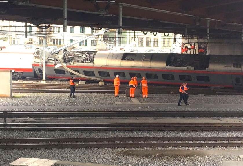 Der entgleiste Zug unter der Langensandbrücke mitten in Luzern.