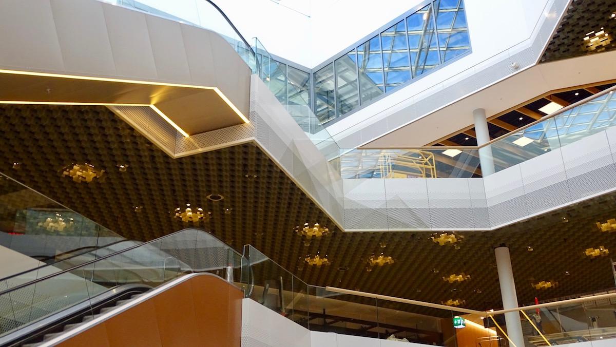 In solchen hellen und verglasten Gebäuden wie der Mall of Switzerland in Ebikon, die nächste Woche eröffnet, fühlen sich Fremde offenbar wohl, weil sie den sozialen Code des Zugangs und Verhaltens kennen. (Bild: pze)