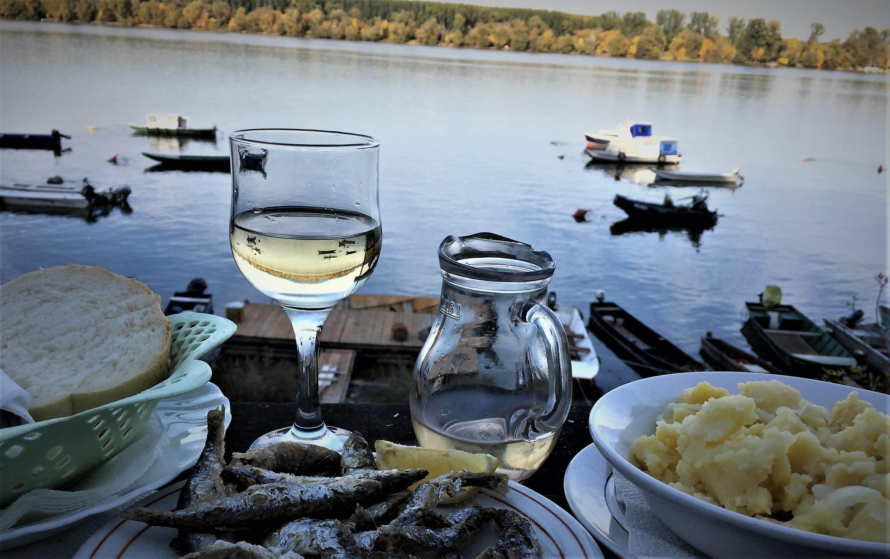 Freitag, 13.10., 15.41 Uhr: Kej Oslobodenja – in einem der Flussrestaurants an der Donau.