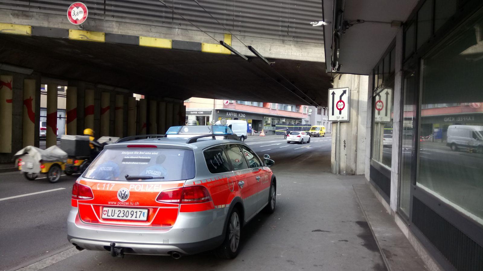 Stunden nach der tödlichen Auseinandersetzung ist die Polizei noch immer vor Ort.