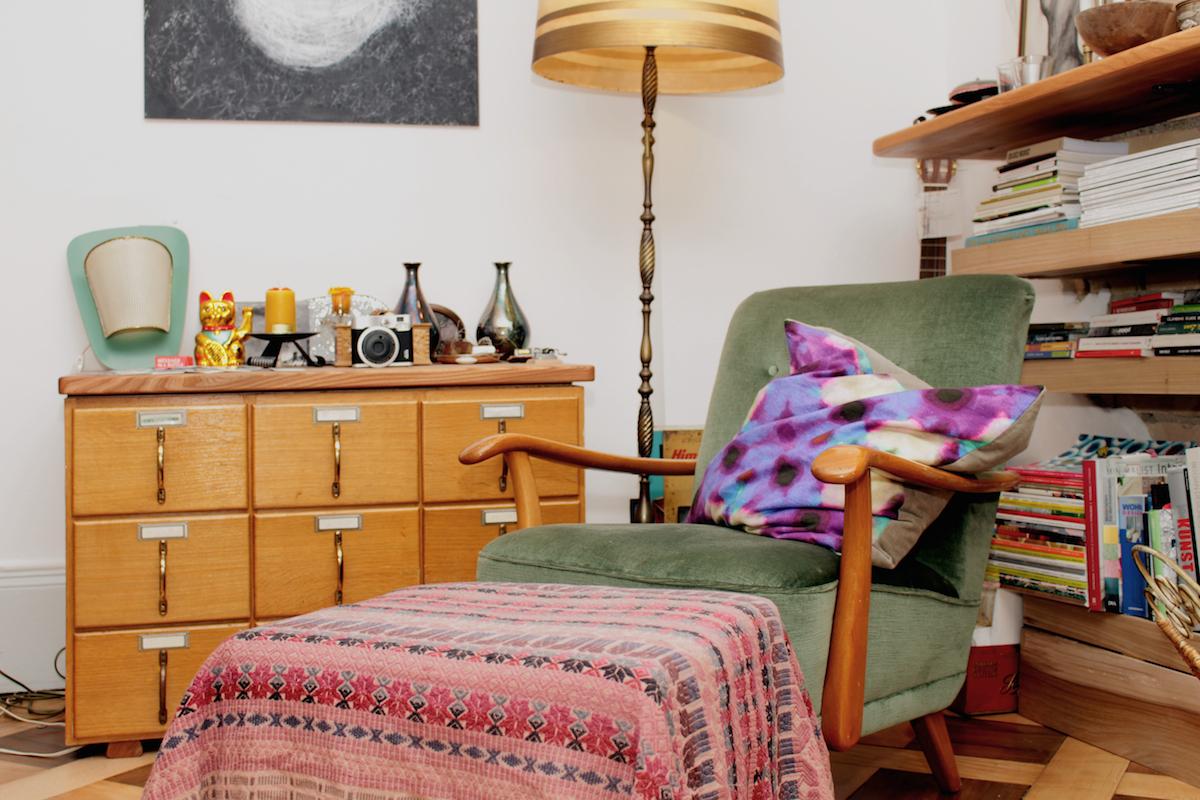 Luki: «Ich als Innenarchitekt hätte die Wohnung gerne reduziert und architektonisch inszeniert. Doch unser Leben ist zu bunt, spannend und vielseitig, was sich in der Wohnung mit gemeinsamen Erinnerungsstücken, Bildern und Lebhaftem aus unseremAlltagwiderspiegelt.»