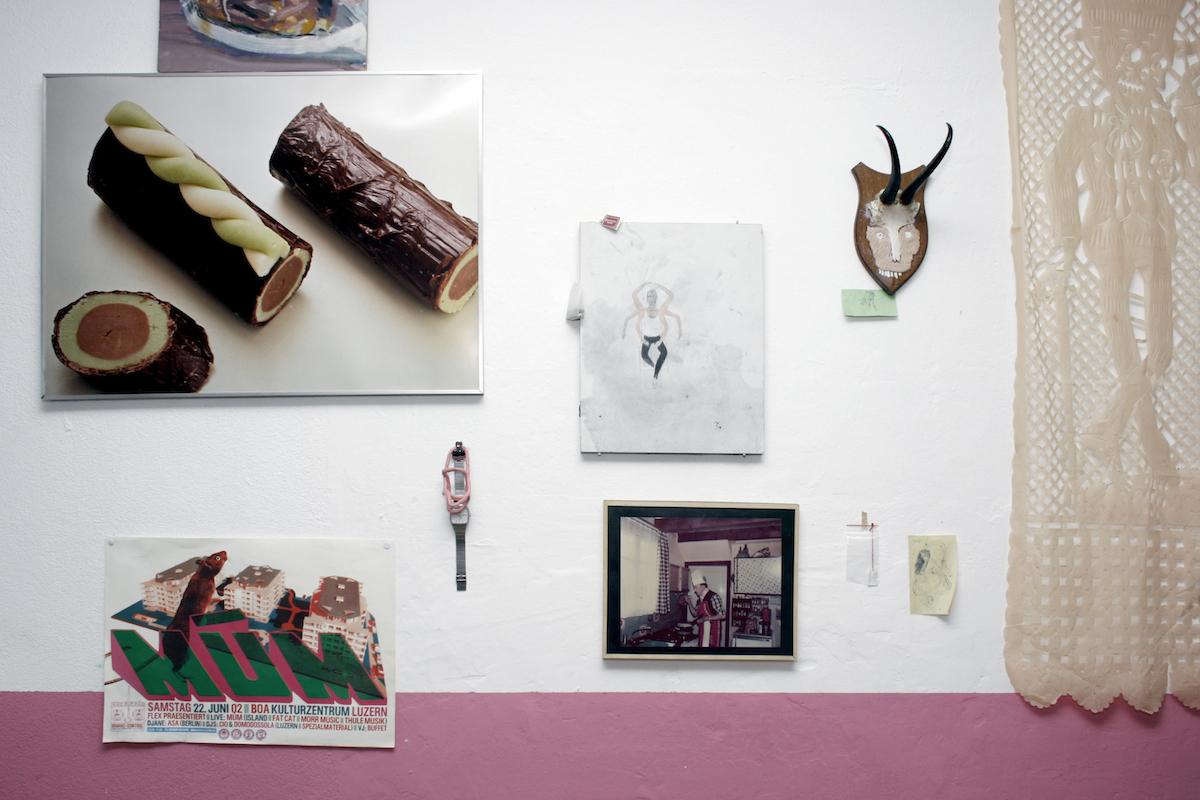 Das Foto an der Küchenwand des Gelben Hauses zeigt Mo Henzmanns Grossvater in seiner Küche in Emmen.
