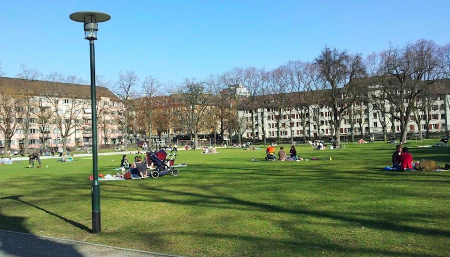 So wie hier auf der Zürcher Josefswiese fühlen sich Ausländer und Fremde in einer unbekannten Stadt wohl: Wo Leben herrscht, wo man grillen, wo man spielen kann.