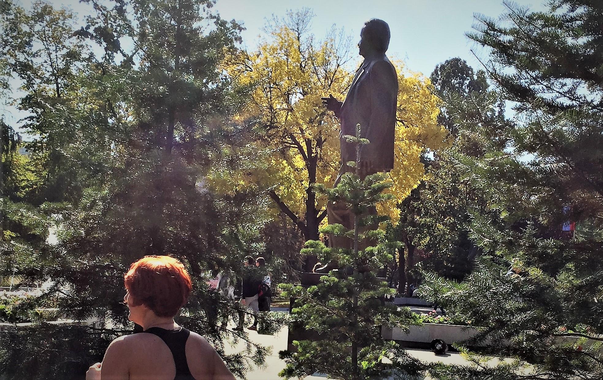 Tasmajdan Park: Historische und zeitgenössiche Männer stehen im Park herum.