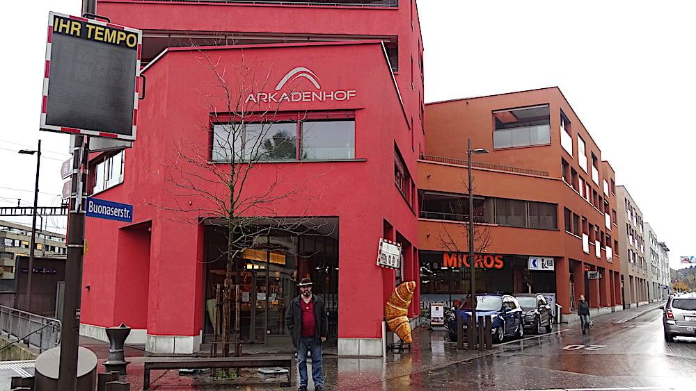 Rot, rot, rot: All die modernen Gebäude machen laut Michel Ebinger Rotkreuz nicht gerade heimeliger.