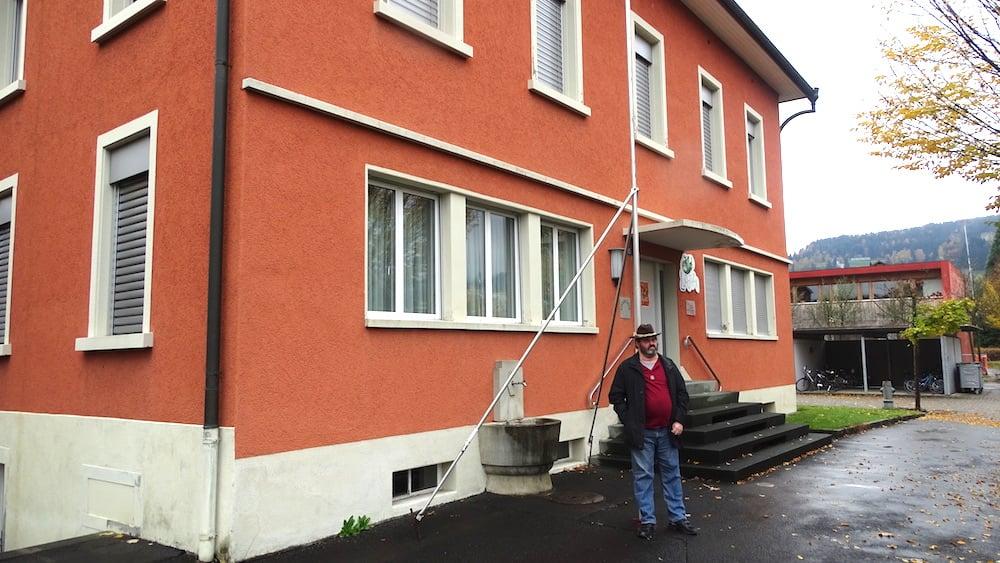 Rot, rot, tot? Auch das ehemalige Gemeindehaus steht vor dem Abriss, um neuen Schulraum zu schaffen. Michel Ebinger bedauert dies sehr.