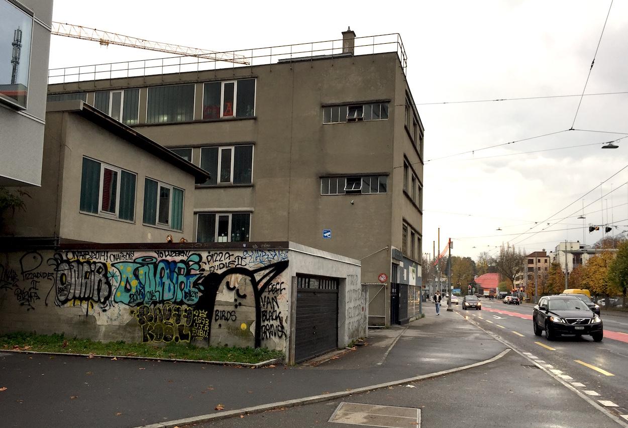 Für manche ein Kulturgut, für andere ein hässlicher Klotz: Das Gewerbegebäude an der Tribschenstrasse in Luzern.