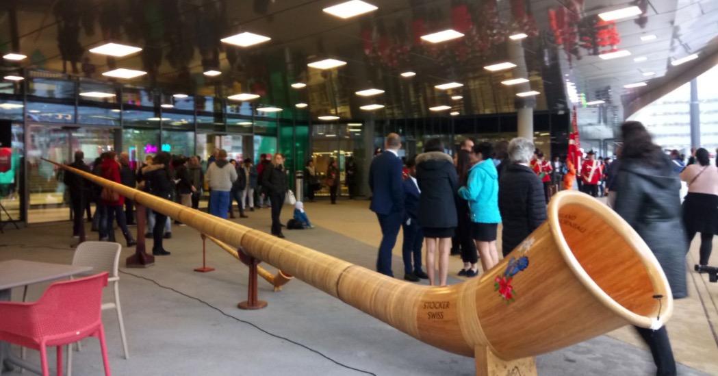 Auch ein überdimensionales Alphorn wurde vor der Mall positioniert.