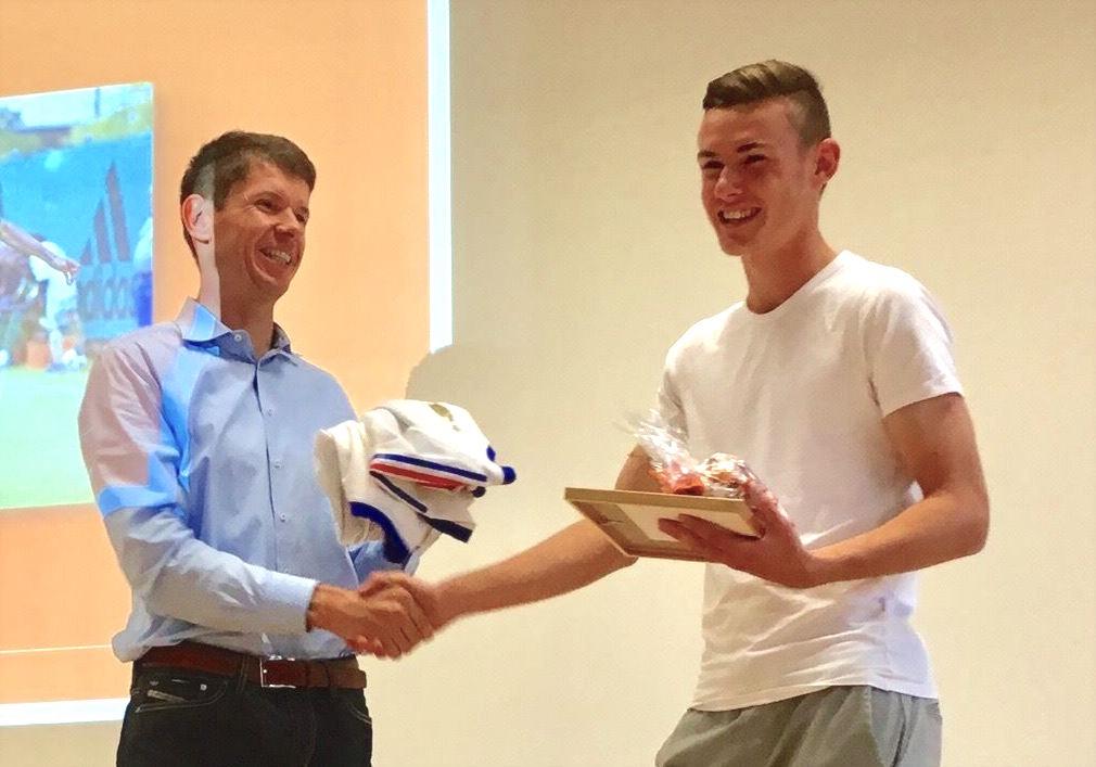 Silvan Sidler wurde 2016 zum Vinto-Sportler-des-Jahres geehrt. Geschäftsführer Benno Sidler übergibt ihm ein Präsent.