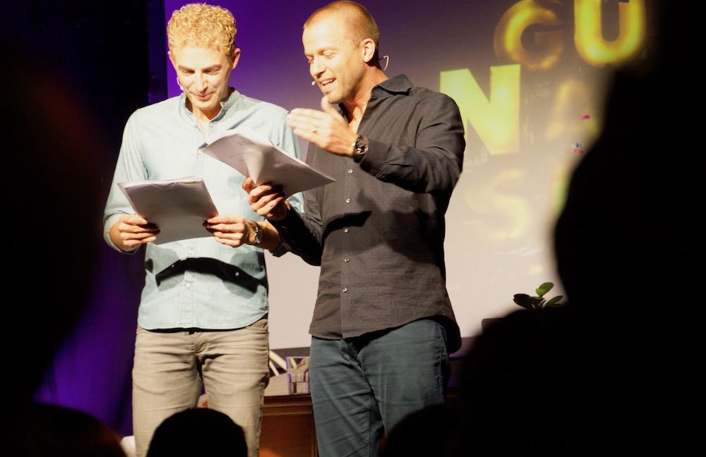 Michael Elsener (links) und Jonny Fischer performen den «Fackelzug»-Sketch von Walter Roderer.