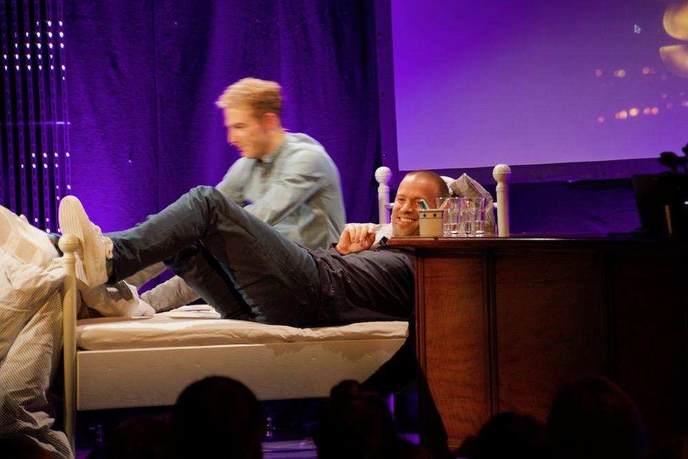 Die beiden Zuger Comedians schlüpften gemeinsam unter die Bettdecke.
