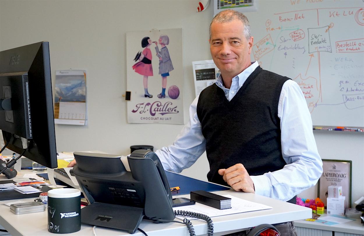 Dominique Portmann von der Noser Engineering Luzern in seinem – überraschend normalen – Büro in Root.