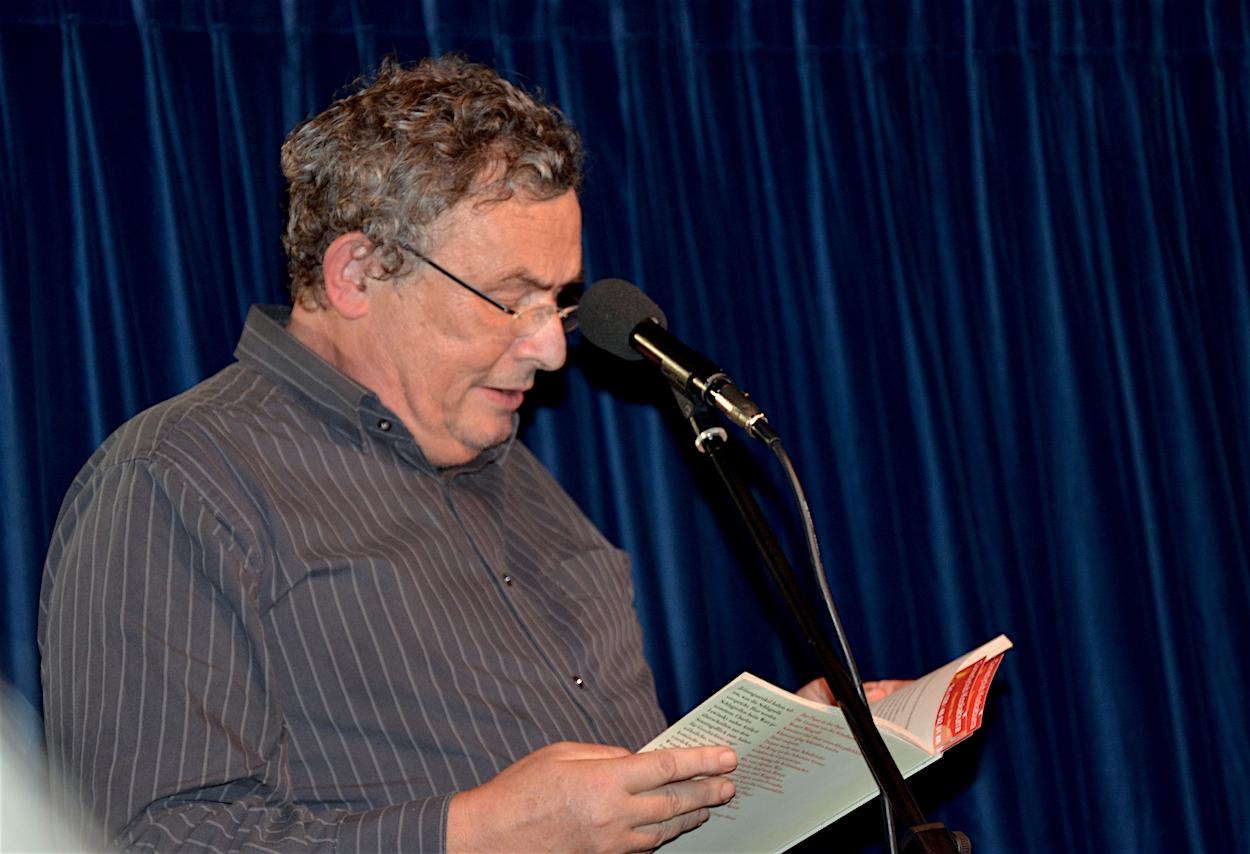 Der Schweizer Autor Charles Lewinsky auf der kleinsten Kleintheaterbühne von Zug.