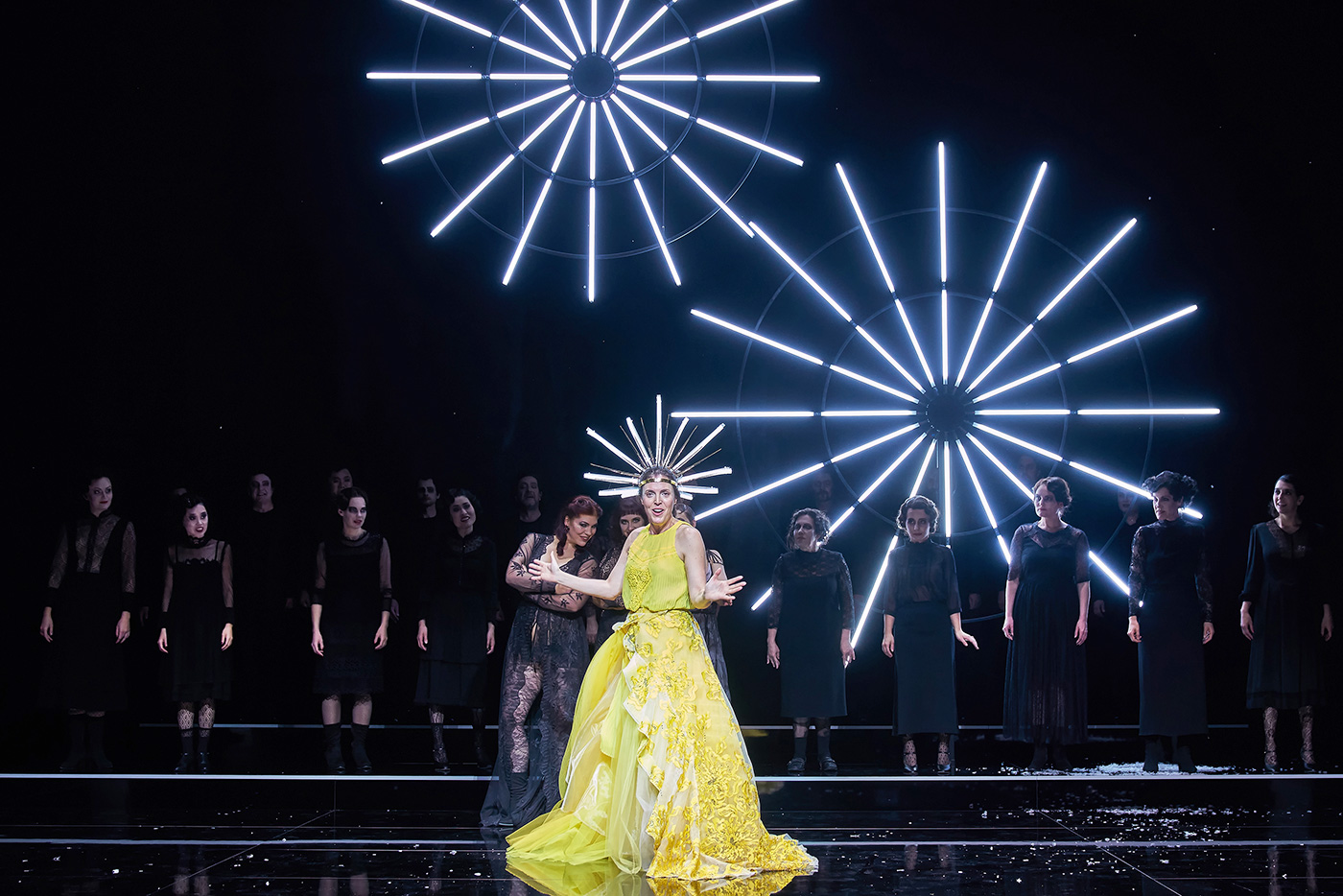 Eine überzeugende Manon (Nicole Chevalier) auf der reduzierten Bühne des Luzerner Theaters.