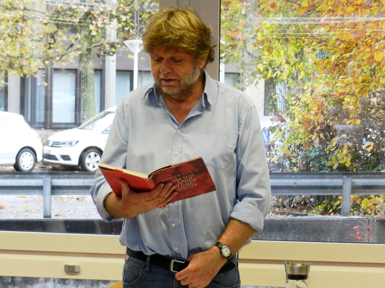 Erwin Koch während der Lesung in der Bibliothek Emmen.