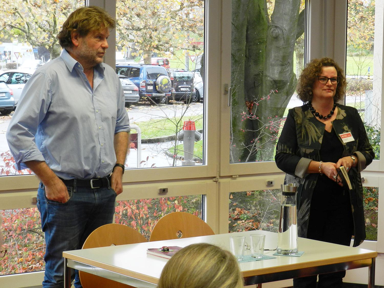 Erwin Koch und Katrin Saturnino, Co-Präsidentin des ForumGersag. Sie stellte den Autor den Zuhörern vor.