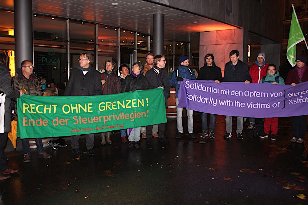 Auch gegen Glencore waren die Transparente der Demonstranten bei der Mahnwache gerichtet.
