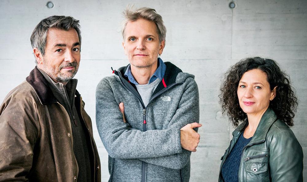 Die Ermittler und der Rregisseur: Stefan Gubser, Andreas Senn (Regisseur, Mitte) und Delia Mayer.