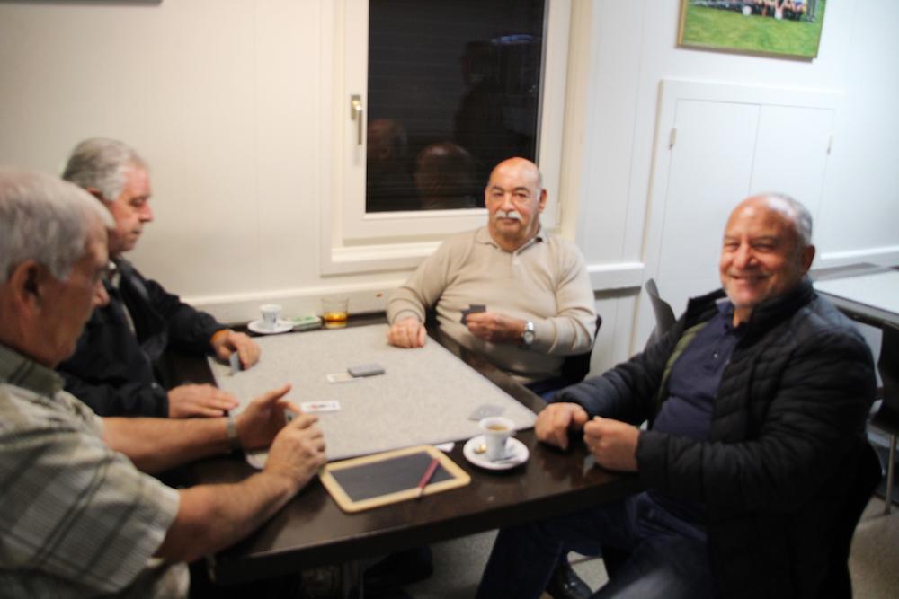 Besucher des Centro Italiano beim «Scopa»-Spiel, welches sie nach der angeregten Diskussion wieder aufgenommen haben.