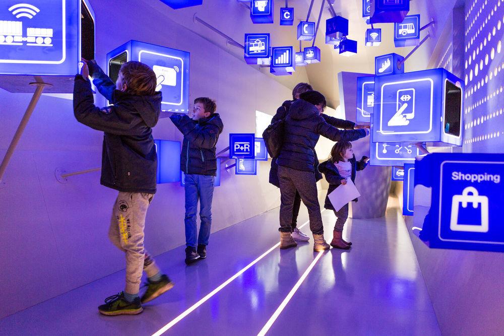 Die ersten Besucher studieren die neue Ausstellung.