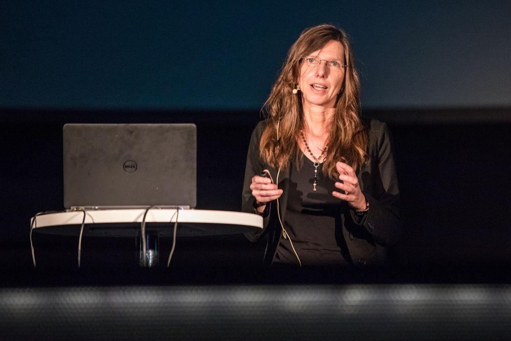 Ute Klotz während ihrem Vortrag im Planetarium.