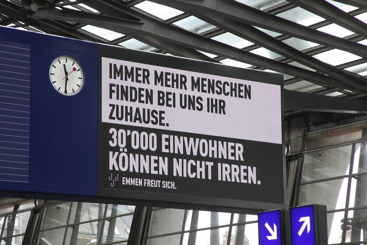 Die Gemeinde stellt ihren Erfolg prominent zur Schau. Hier auf der grossen Anzeigetafel im Bahnhof Luzer.