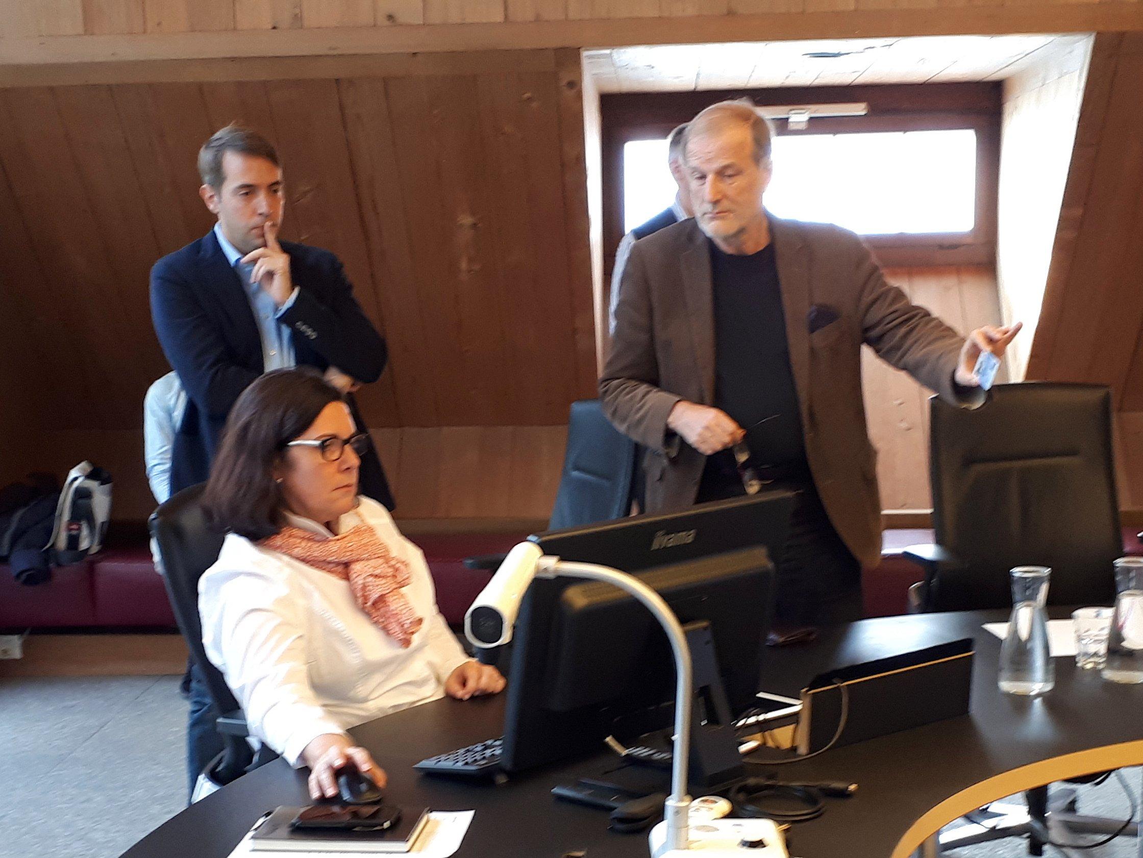 Beglaubigen eine digitale Identität: Nico Meier von der Entwicklerfirma Ti&m (links), Mélanie Schenker von der Einwohnerkontrolle Zug und Stapi Dolfi Müller.