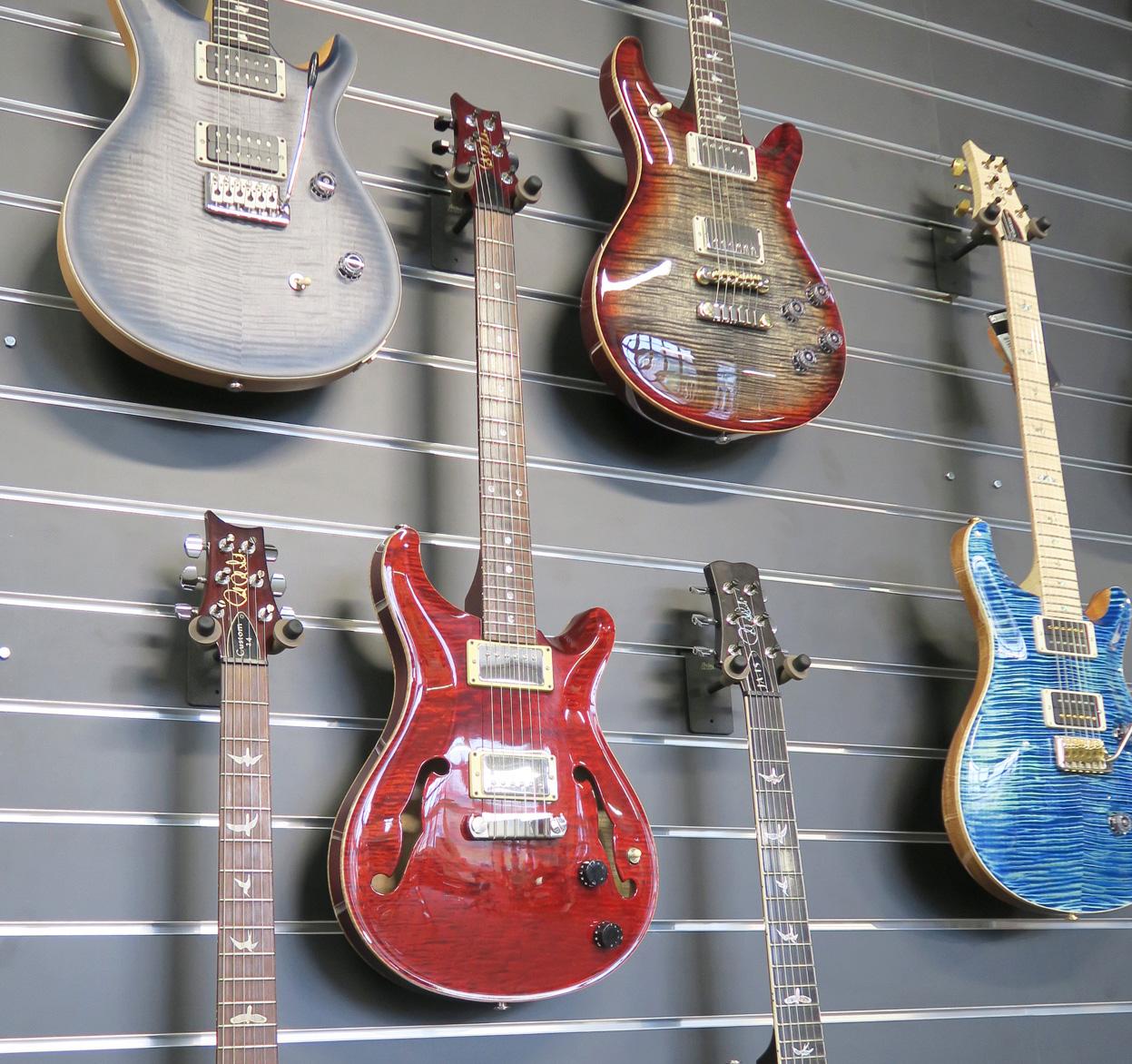 E-Gitarren zum Anschauen und Ausprobieren: Damit will Musik Niederberger punkten.