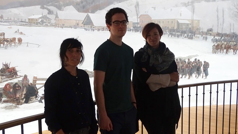 Yasemen Büyükberber (Kuratorin, HSLU), Christoph Merkle (HSLU) und Irène Cramm (Museumsleiterin Bourbaki) vor dem historischen Rundbild.