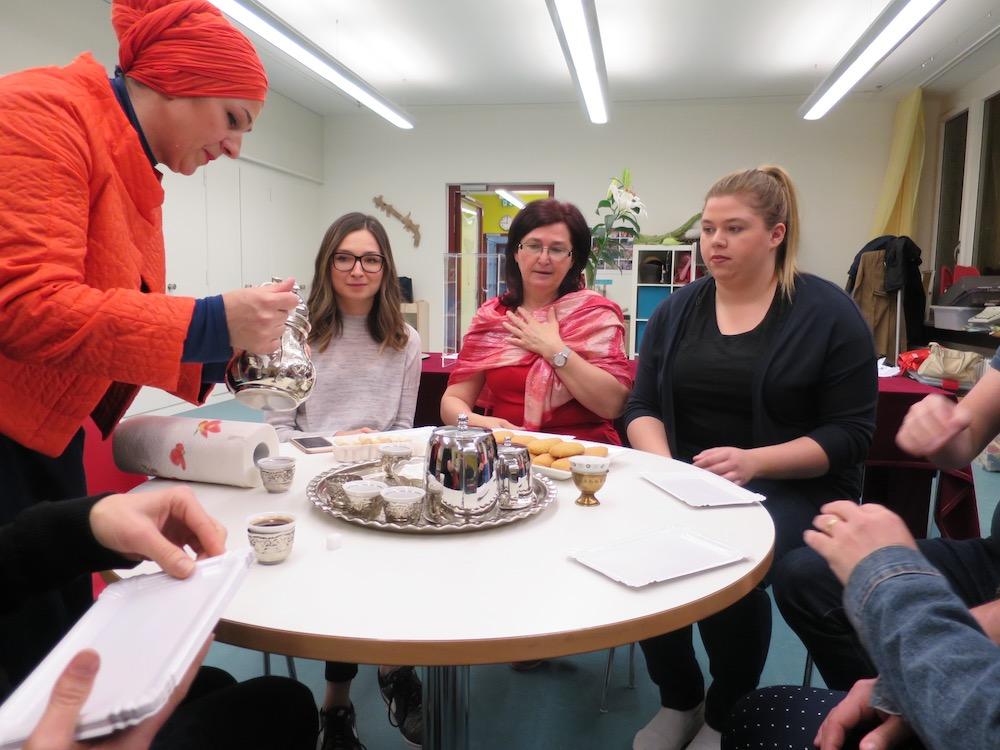 Als Vorbereitung auf die bevorstehende Ausstellung führten Carole Kambli und Edith Werffeli Workshops, etwa mit eingewanderten Bosnierinnen, durch.