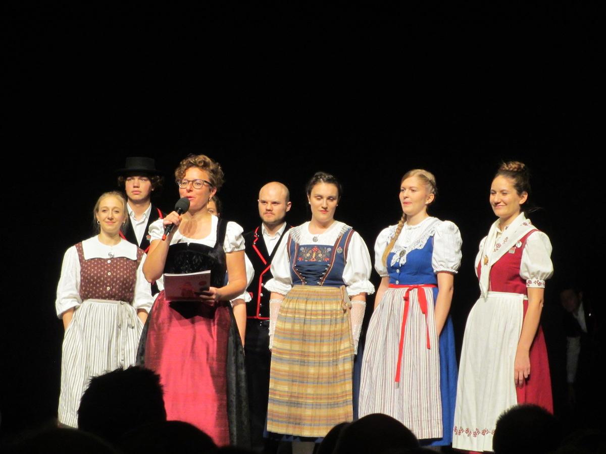 Nadja Räss führt moderierend und singend durch den Abend.