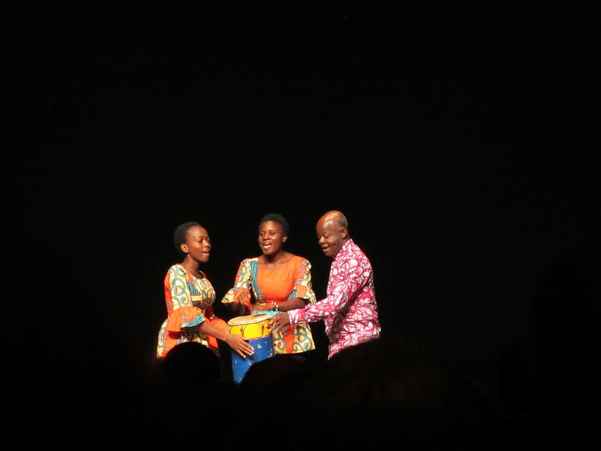 Mit viel Rhythmusgefühl singt das Trio Hanvivi sie beninische Volkslieder.