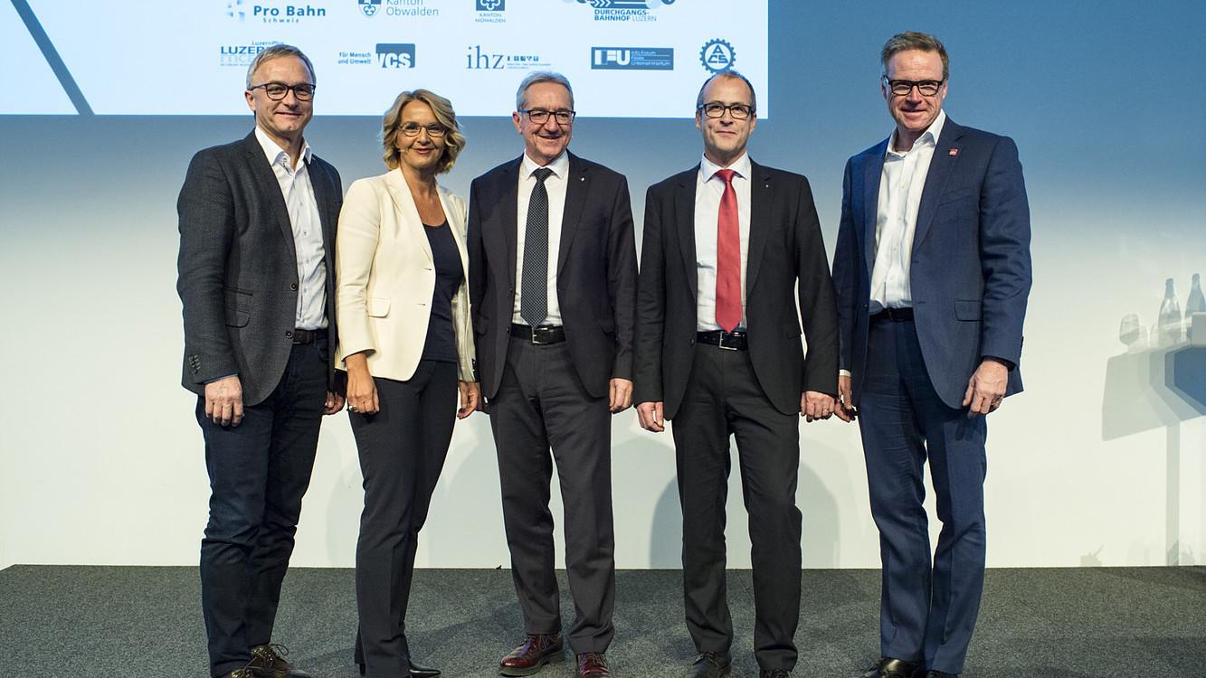 Regierungsrat Robert Küng (Mitte) und die Referenten des diesjährigen Mobiliätskongress.
